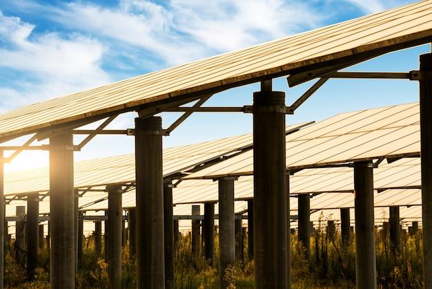 Panneaux solaires, photovoltaïque - source d'électricité alternative. Photo Premium