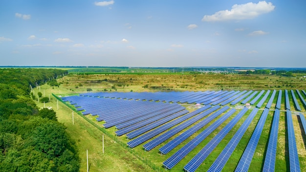 Panneaux solaires en vue aérienne. Photo Premium
