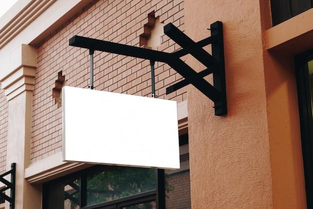 Panneaux vides et blanc suspendu dans la rue avec espace de copie Photo Premium