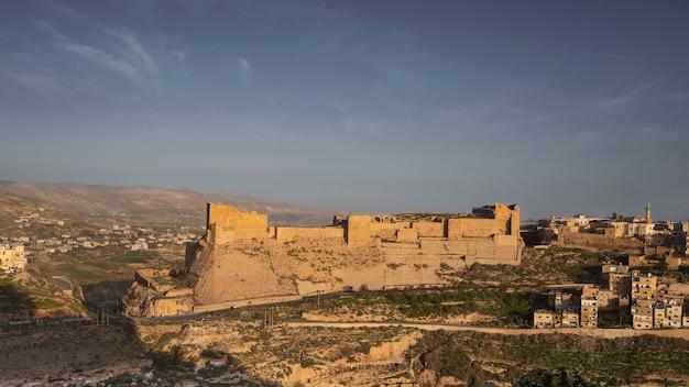 Panorama D'un Ancien Château En Pierre Des Croisés Dans La Ville De Karak En Jordanie Photo Premium