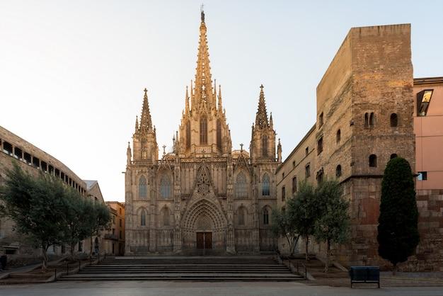 Panorama de barcelone cathédrale sainte-croix et sainte eulalie au lever du soleil, barri gothic quarter à barcelone, catalogne, espagne. Photo Premium