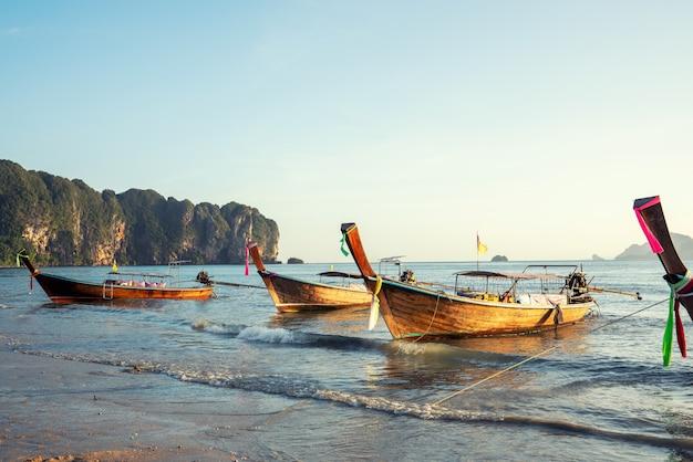 Panorama de bateau traditionnel à longue queue sur l'île de phi phi, krabi, thaïlande dans une journée d'été Photo Premium