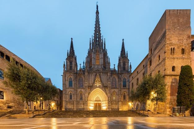 Panorama de la cathédrale de barcelone pendant l'heure bleue du matin à barcelone, en catalogne, en espagne. Photo Premium