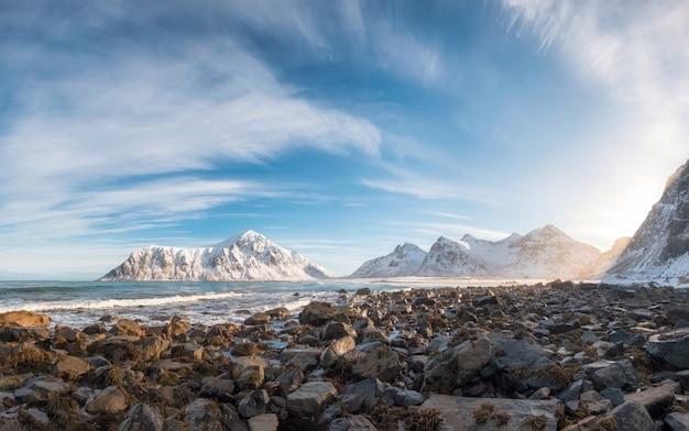Panorama de la chaîne de montagnes de neige avec des rochers dans l'océan arctique en hiver Photo Premium