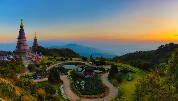 Panorama de deux pagodes dans la montagne inthanon Photo Premium