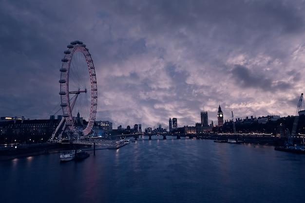 Panorama du coucher de soleil de londres bigben and thames Photo Premium