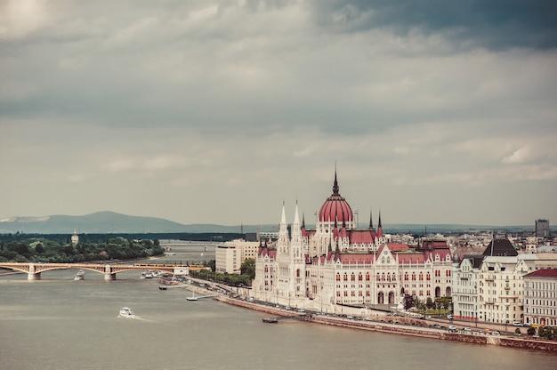 Panorama du majestueux bâtiment du parlement à budapest, hongrie Photo Premium