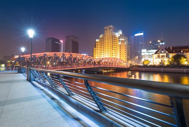 Panorama du pont shanghai waibaidu dans la nuit avec une lumière colorée sur la rivière Photo Premium