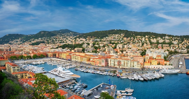 Panorama Du Vieux Port De Nice Avec Yachts, France Photo Premium