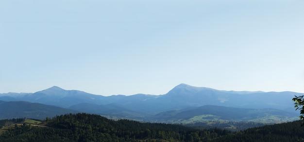 Panorama grand angle horizontal des forêts et des montagnes près de la station de ski de bukovel Photo Premium