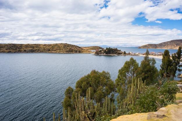 Panorama sur l'île du soleil, lac titicaca, bolivie Photo Premium
