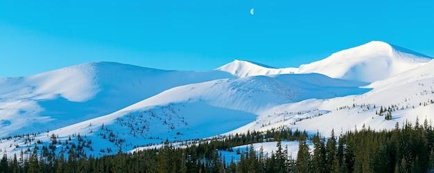 Panorama De Montagne Du Matin Avec De Longues Ombres De L'aube Bleu Et Lune Dans Le Ciel Photo Premium