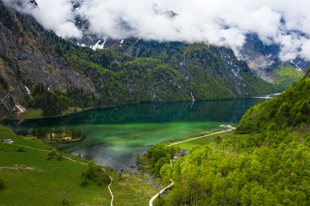 Panorama De Montagne Pittoresque Avec Des Prairies Vertes Et Turquoise Idyllique Photo gratuit