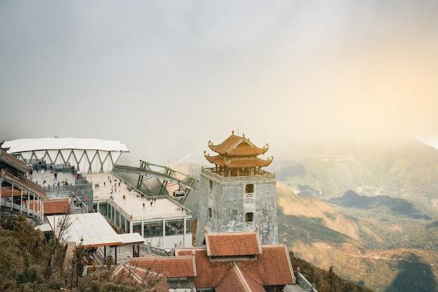 Panorama avec vue sur la vallée de sapa au lever du soleil avec un nuage de beauté Photo Premium