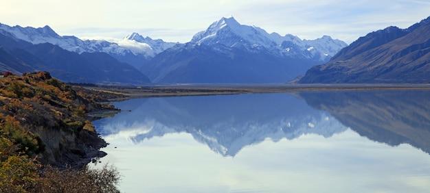 Panoramique du mont cook et refection sur le lac de pukaki Photo Premium