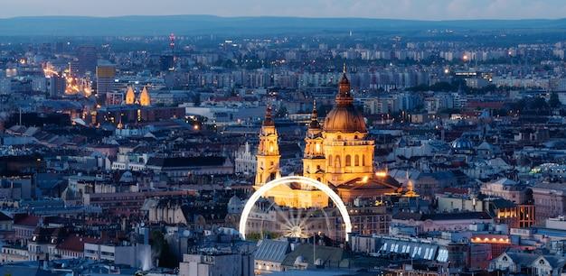 Panoramique, toits de la ville de budapest et basilique saint-étienne en hongrie Photo Premium