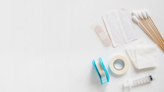 Des Pansements; Coton-tige; Sparadrap; Gaze Stérile Et Seringue Sur Fond Blanc Photo gratuit