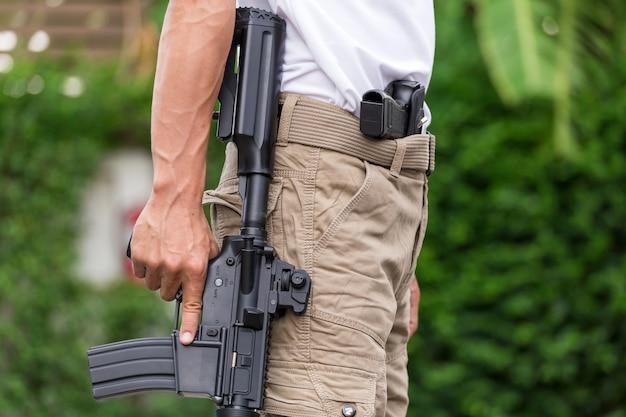 Pantalon cargo avec arme à feu Photo Premium