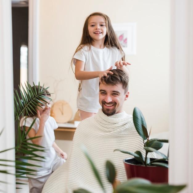 Papa célèbre la fête des pères avec ses filles Photo gratuit