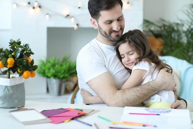 Papa Et Fille Prenant Le Petit Déjeuner Dans La Cuisine Photo gratuit