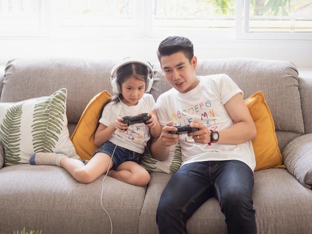 Papa joue à un jeu avec sa fille Photo Premium