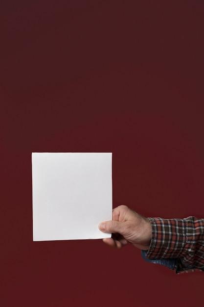 Papa Tenant Une Carte De Voeux Pour La Fête Des Pères Photo gratuit