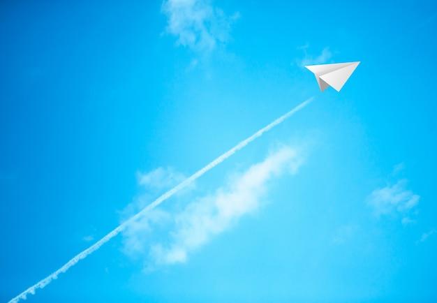 Paper Planes Dans Le Ciel Bleu Photo gratuit