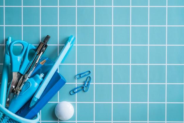 Papeterie bleue dans un organiseur de mailles Photo gratuit