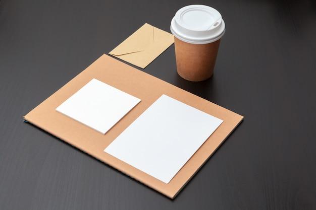 Papeterie de café, maquette de marque, avec un tracé de détourage Photo Premium