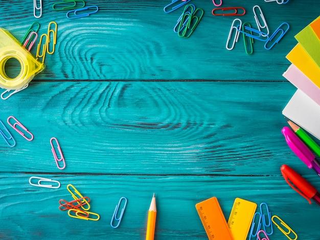 Papeterie colorée cadre de travail d'école Photo Premium