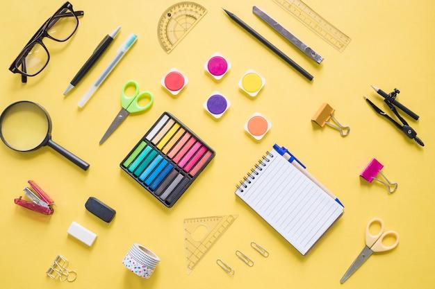 Papeterie colorée sur fond jaune Photo gratuit