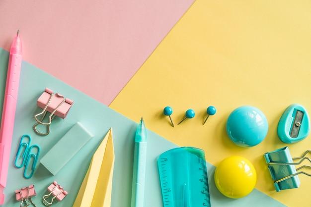 Papeterie colorée sur fond multicolore Photo gratuit
