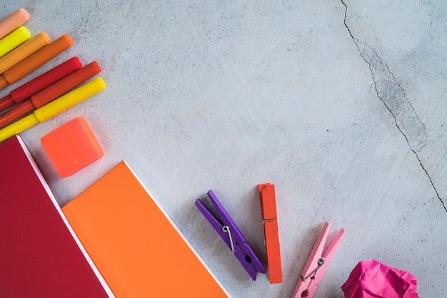 Papeterie colorée avec des marqueurs et des cahiers Photo gratuit