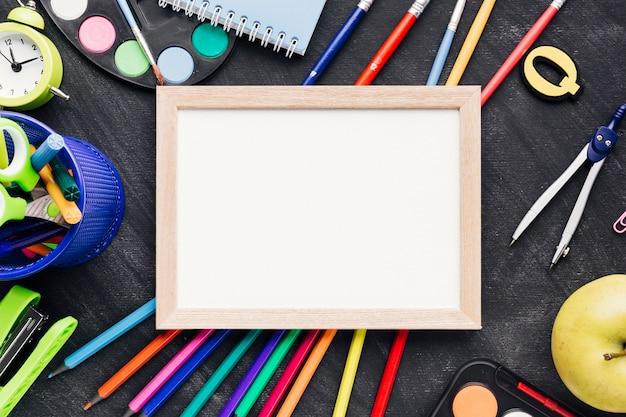 Papeterie Colorée Avec Tablette En Bois Photo gratuit