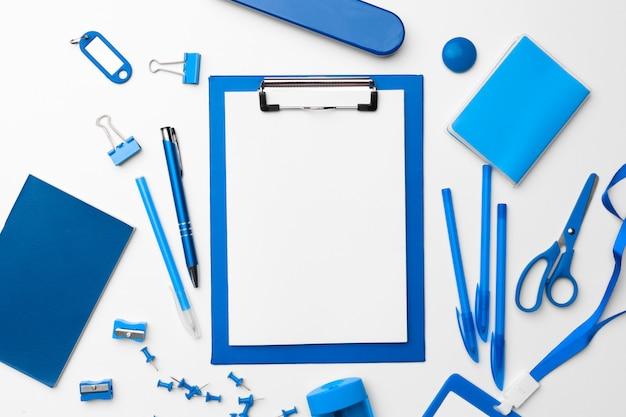 Papeterie de couleur bleue définie comme modèle avec espace de copie sur blanc, poser à plat. Photo Premium