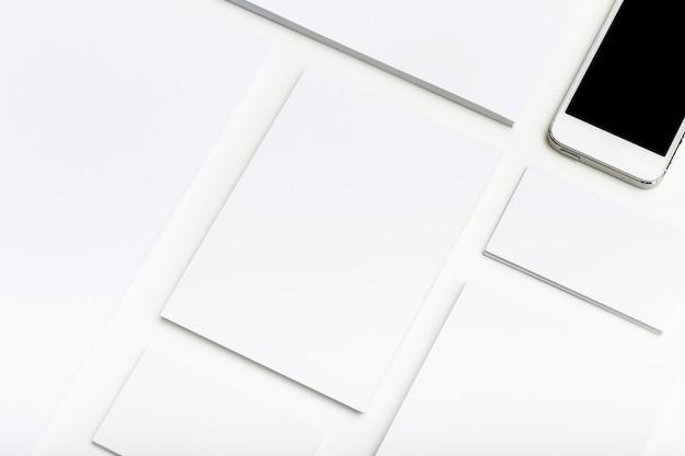 Papeterie d'entreprise vierge et smartphone mis sur la table Photo Premium