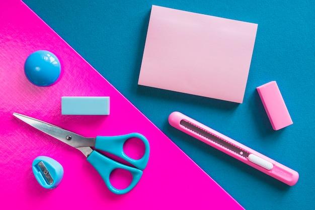 Papeterie essentielle rose et bleue Photo gratuit