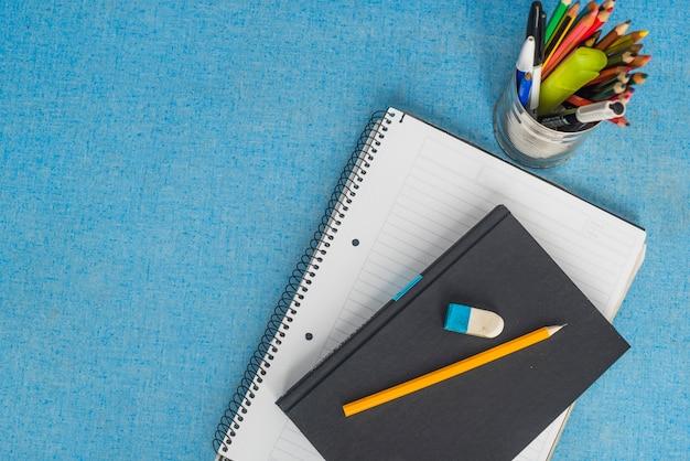 Papeterie et manuel sur bleu Photo gratuit