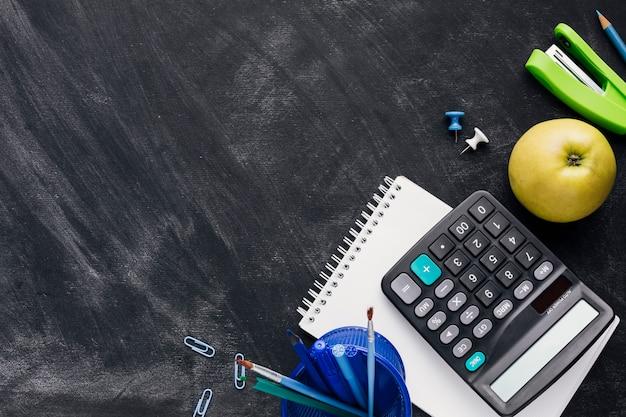 Papeterie Avec Pomme Et Calculatrice Sur Tableau Noir Photo gratuit
