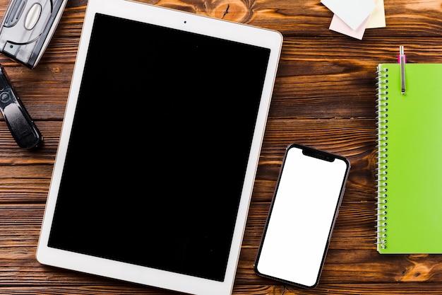 Papeterie Près De Smartphone Et Tablette Photo gratuit