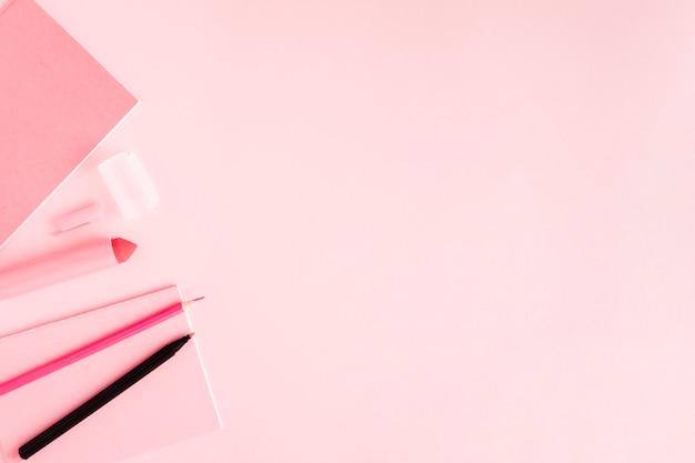 Papeterie rose sur une surface colorée Photo gratuit