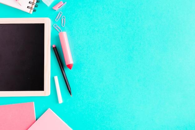 Papeterie rose sur la table Photo gratuit