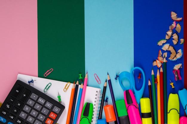 Papeterie scolaire ou de bureau sur coloré. retour à l'école. Photo Premium