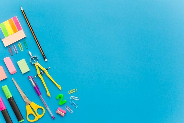 Papeterie scolaire isolé sur fond bleu Photo gratuit