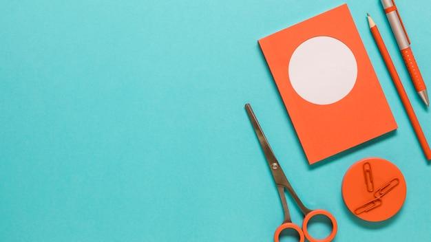 Papeterie sur une surface colorée Photo gratuit