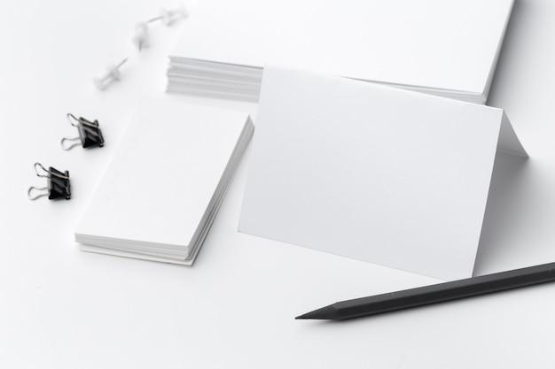 Papeterie vierge pour la marque de l'entreprise isolé sur fond blanc Photo Premium