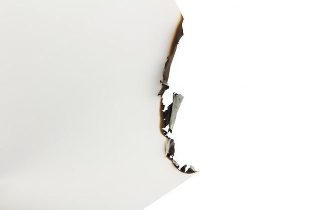 Papier blanc brûlé sur un fond blanc. espace Photo Premium