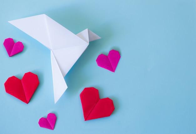 Papier Blanc Colombe De La Paix Avec Des Coeurs Rouges Et Roses Photo Premium