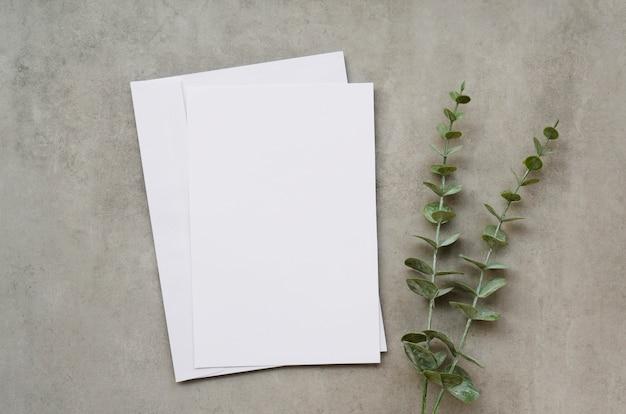 Papier Blanc Avec Des Feuilles Photo gratuit