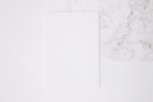Papier blanc sur fond de bureau blanc Photo gratuit